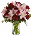 1 Florero de Vidrio, 12 Rosas, 6 Varas de Liliums/ 2 Flores por Tallo
