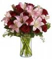 Florero de Vidrio, 12 Rosas, 6 Varas de Liliums / 2 Flores por Tallo