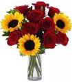 1 Florero de Vidrio, 10 Rosas, 3 Girasoles