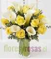 Florero de Vidrio, 10 Rosas, 7 Calas Blancas